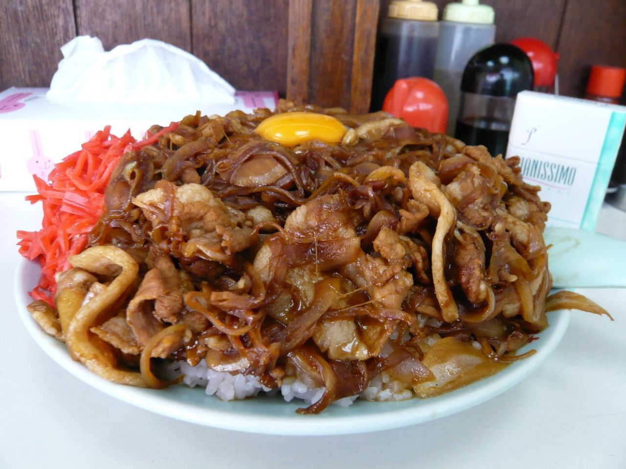 焼肉丼大盛は、ギアナ高地のような立体的な盛り付け!