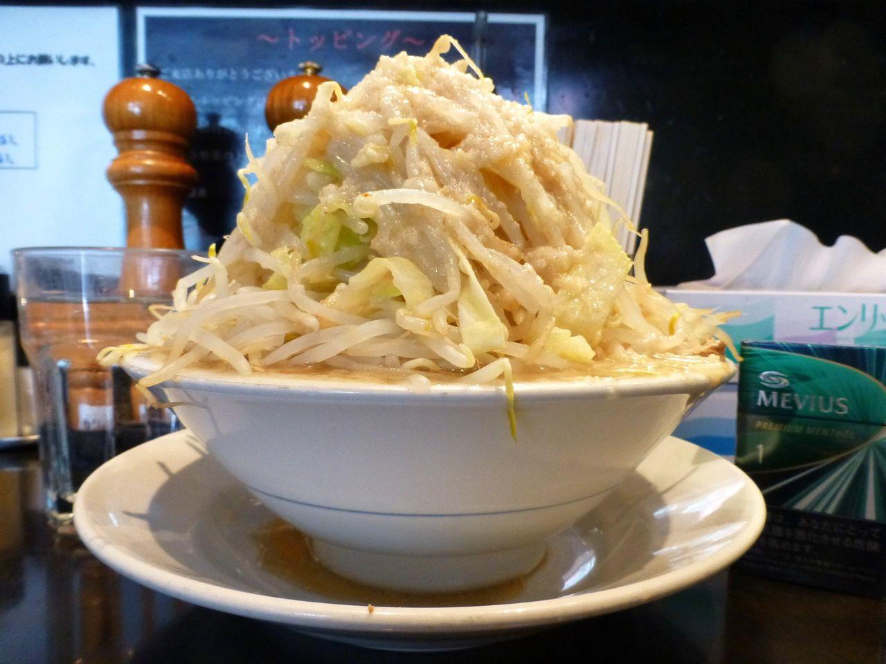 五反田のらーめん大で、超高層野菜タワー塩らーめん!