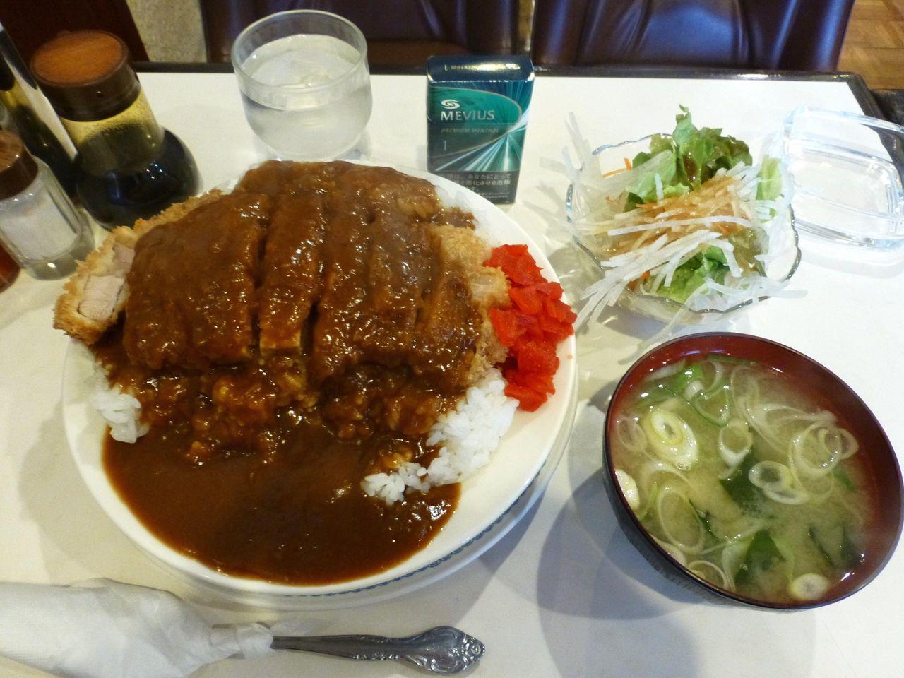 サラダ、みそ汁も付いて凄いボリューム!カツカレー大盛980円!