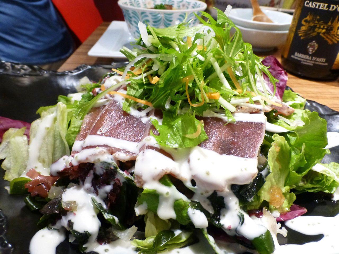 マグロの炙りサラダ950円は、3〜4人で食べられるボリューム!