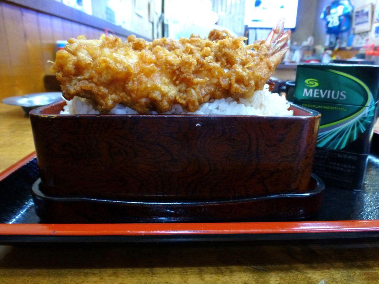 重箱のフチよりご飯を高く盛りつけて、海老天をトッピング!