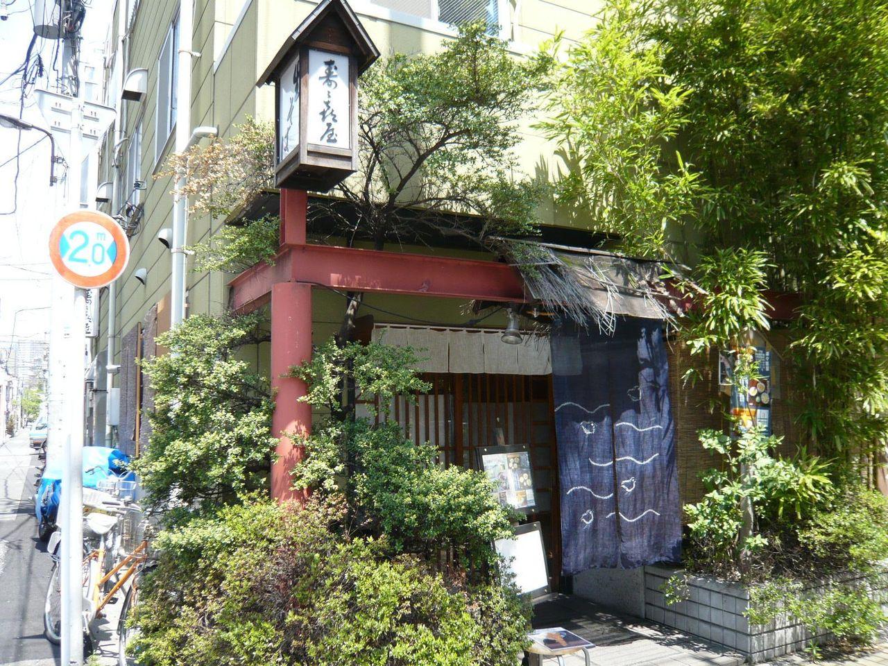 お店は蔵前橋通り沿いにあり、入口が植栽に覆われてます!