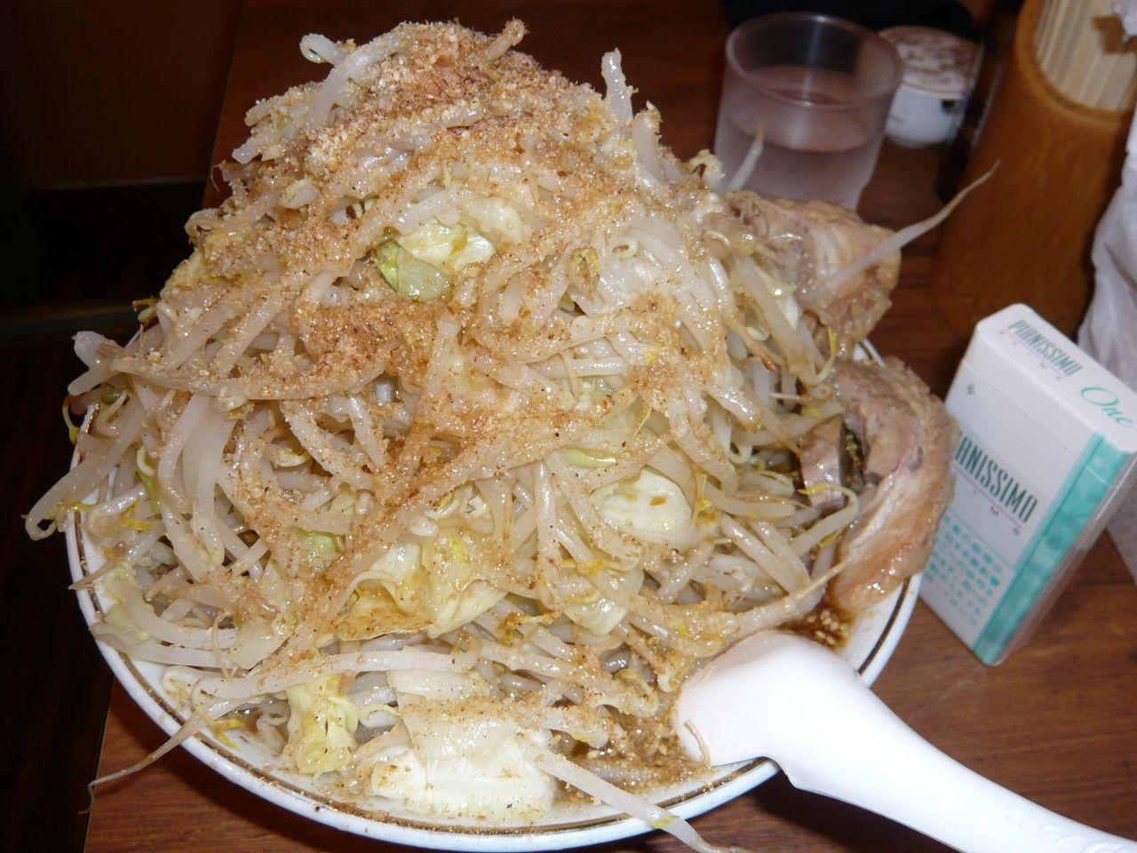和風らーめんは、これでもかと野菜を盛りつけた上から、カツオ節を振りかけています。