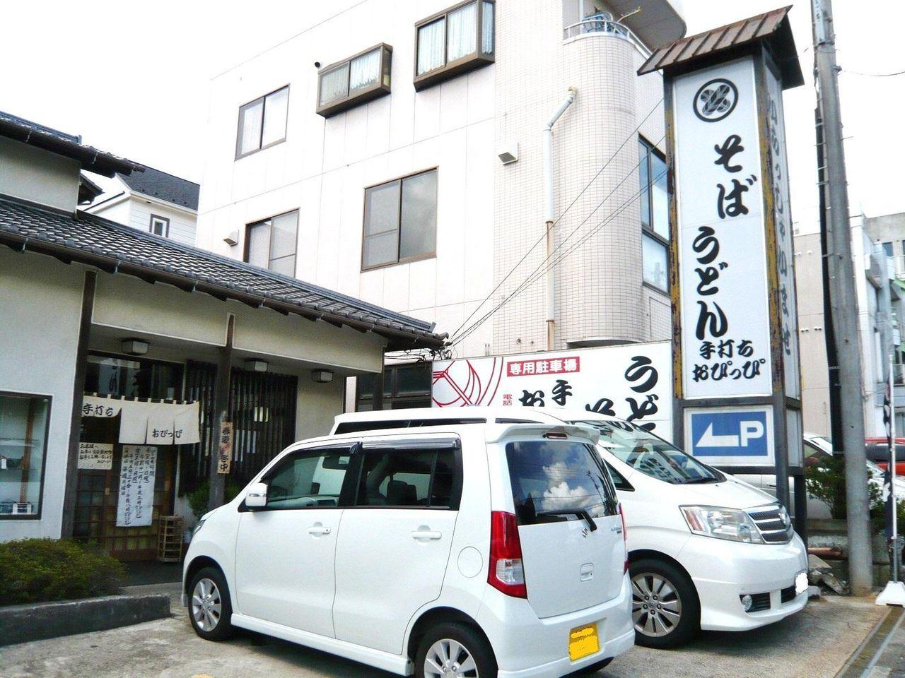 お店の前に専用駐車場があります。