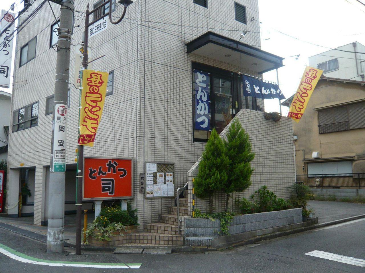 お店の1階に専用駐車場があります。