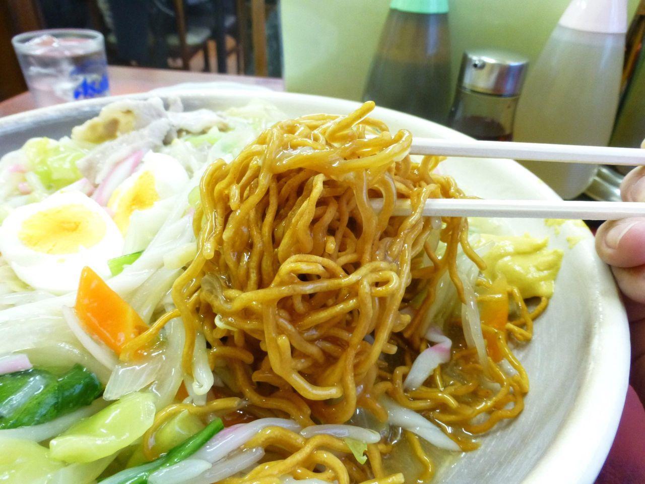 餡かけを掘り起こすと、油で揚げた中太麺が姿を現します!