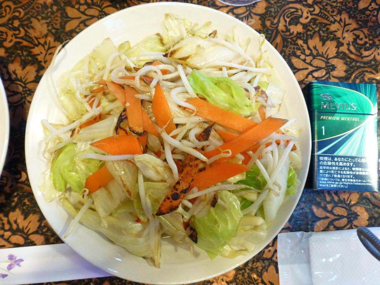 野菜炒めは、直径22センチのデカ皿を使用!