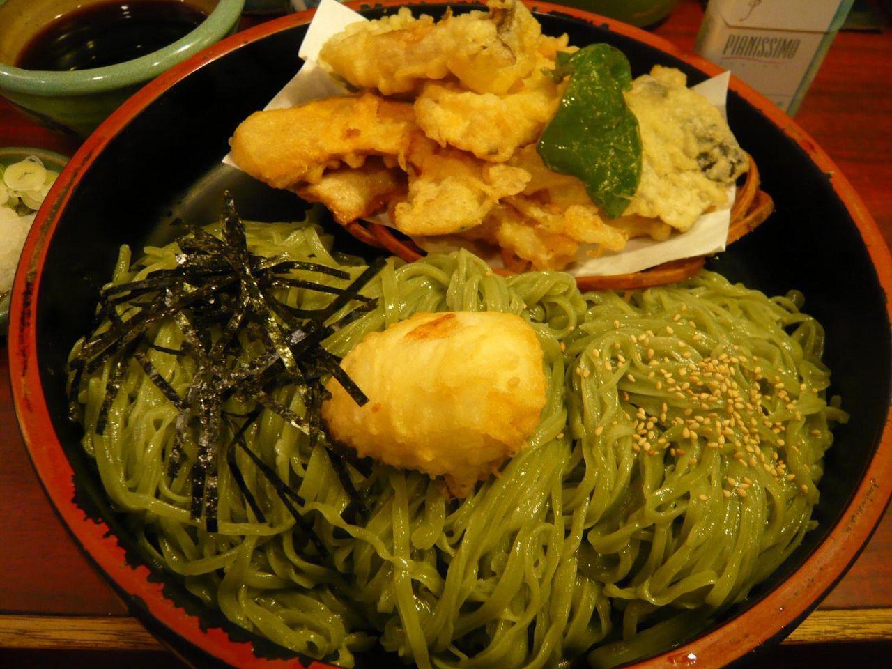 直径28センチの寿司桶に、うどんと天ぷらがテンコ盛り!
