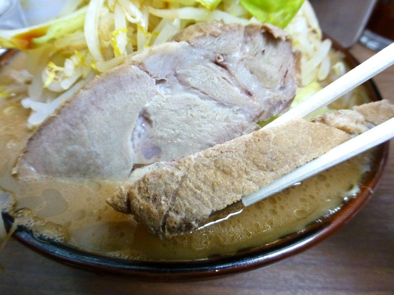 モモ肉を使用した豚は、厚さ1センチを超える厚切り!