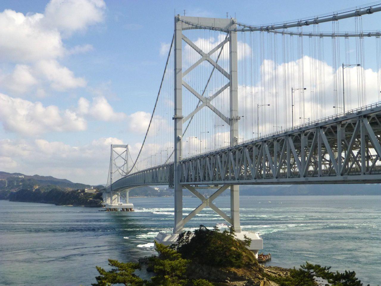 大きな窓から大鳴門橋と鳴門海峡を眺められます!