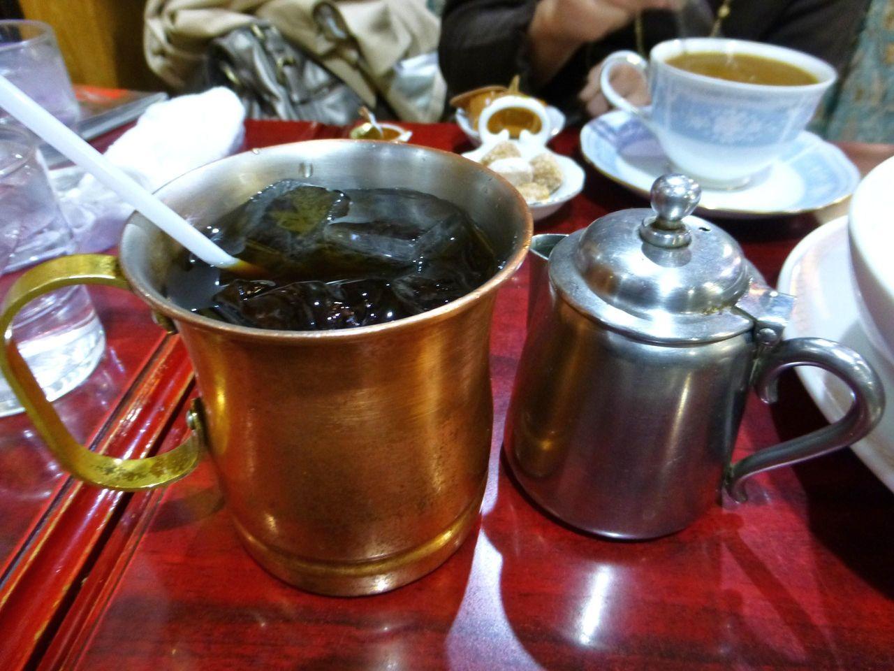 銅製マグカップで提供されるアイスコーヒー!