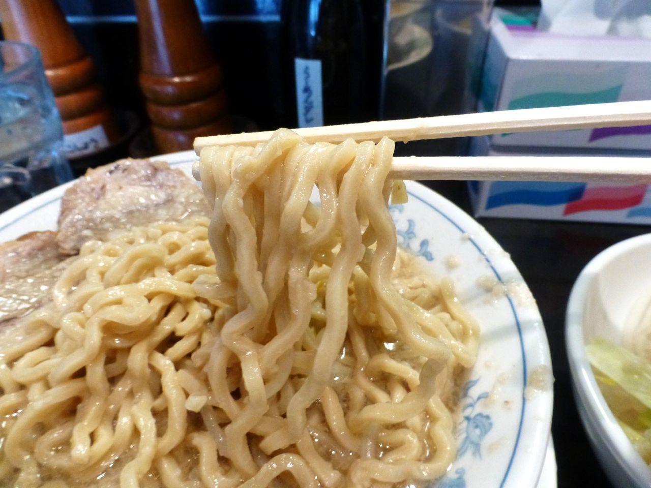 極太麺は、コシが強くゴワゴワの食感!