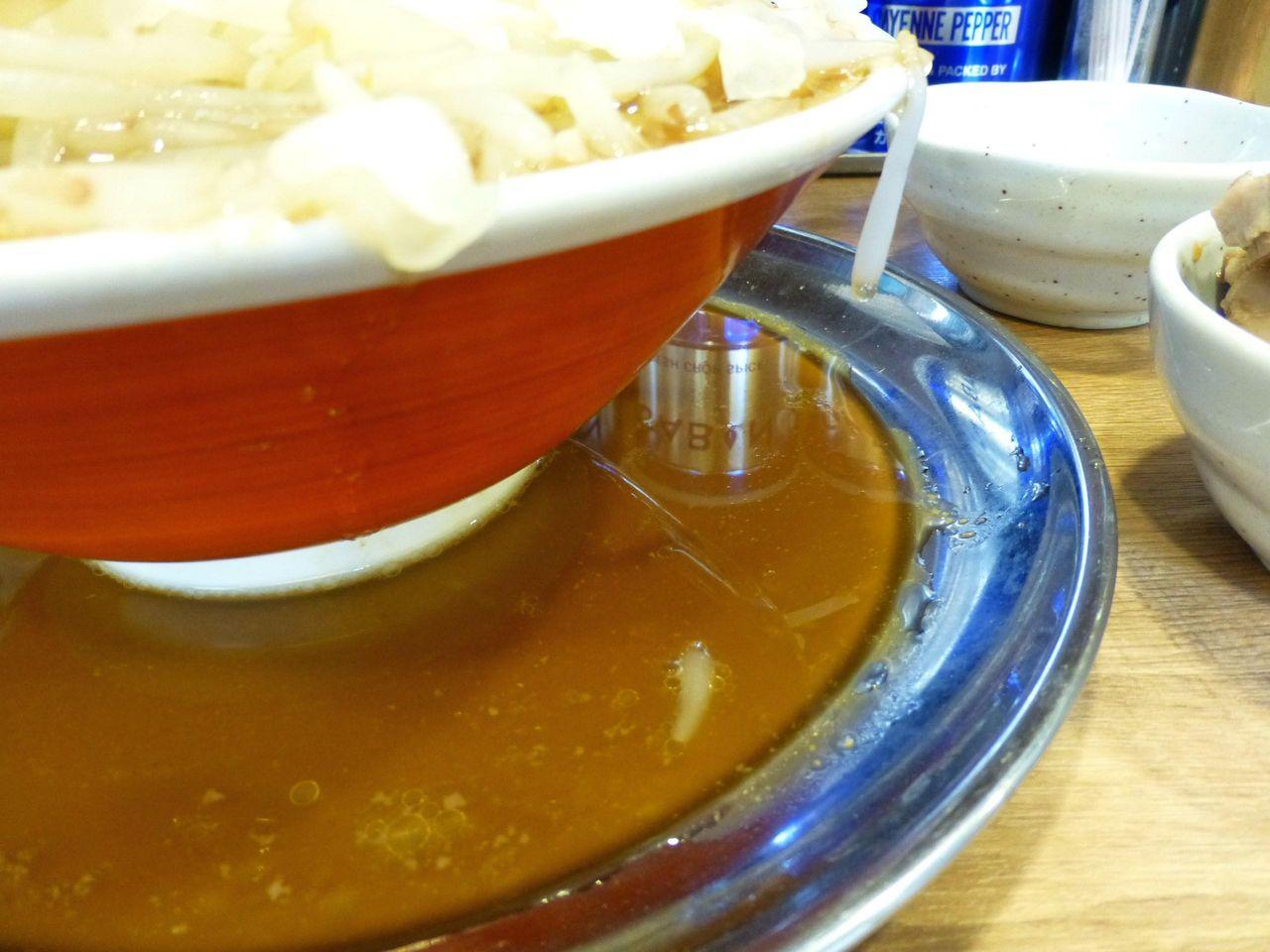 野菜タワーの重さで、丼からスープがこぼれてます!