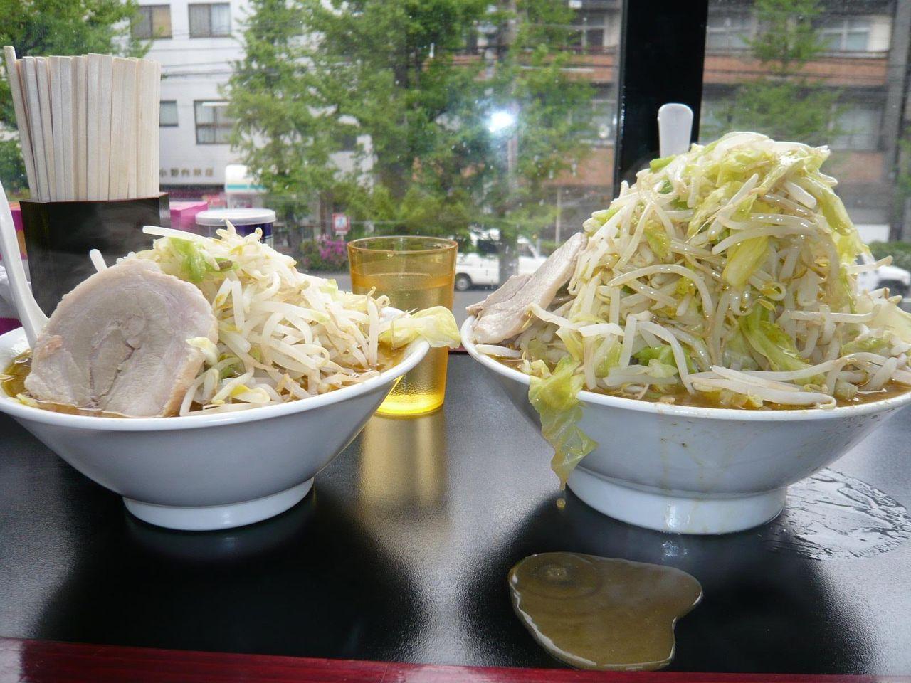 左はノーマル、右は野菜増し増し、明らかにデカイ!