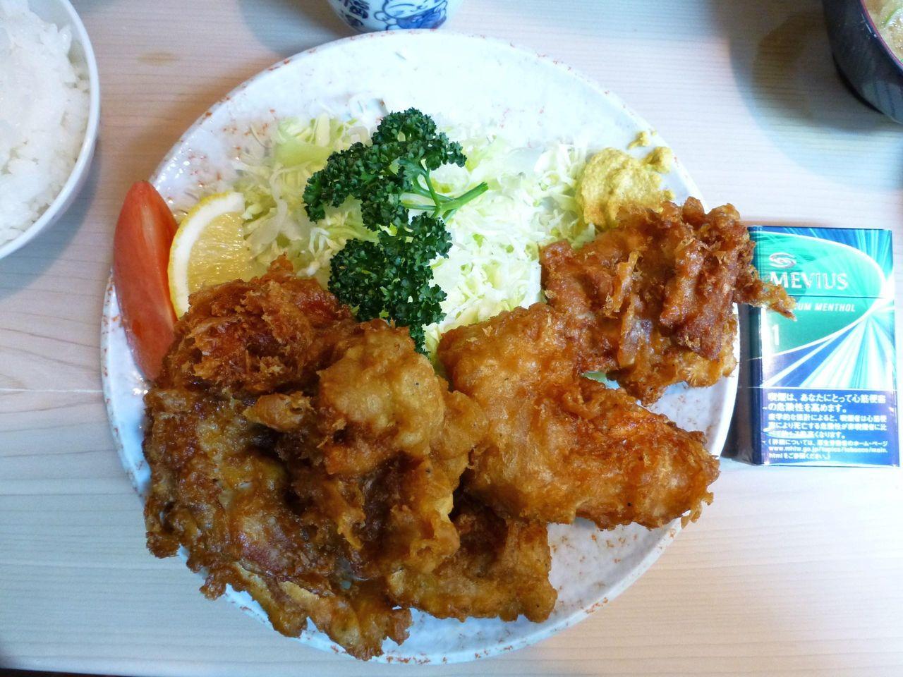 鳥の唐揚げ定食は、直径23センチのデカ皿を使用!