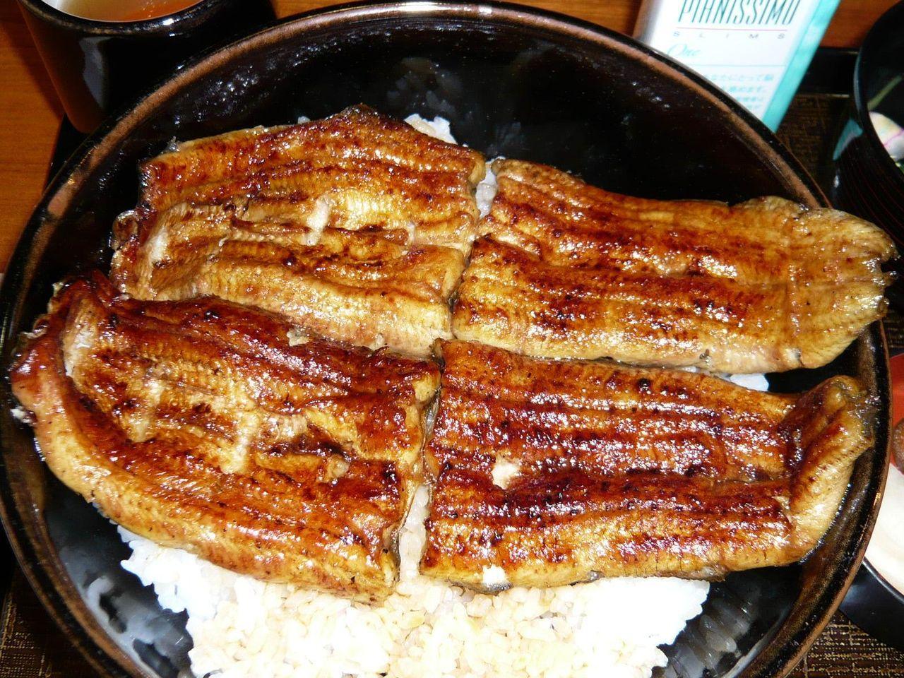 スーパー丼は、フルサイズの鰻が2匹のってボリューム満点!