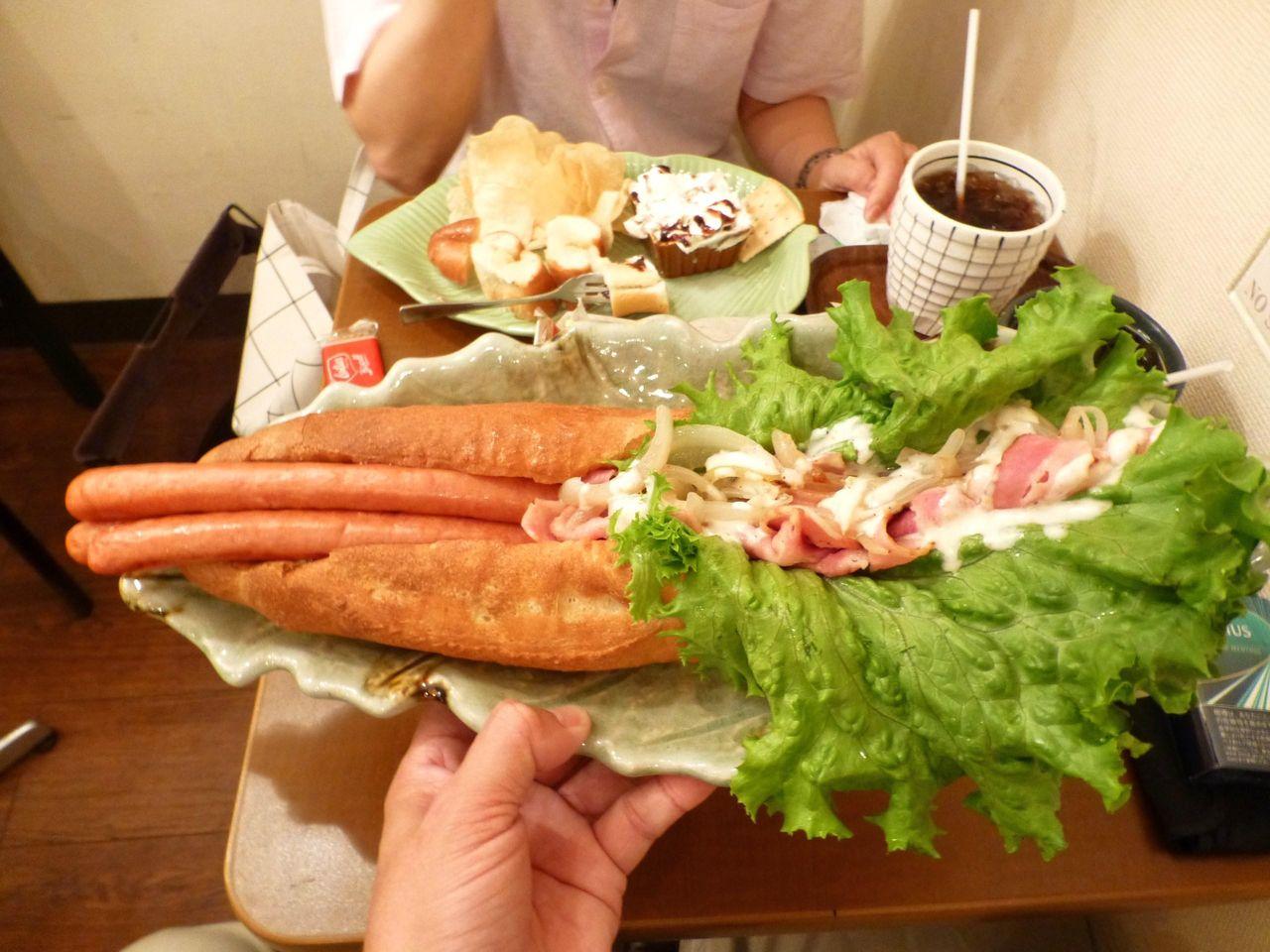 秋葉原の「Cafe MOCO」で、デカ盛りホットドッグ!