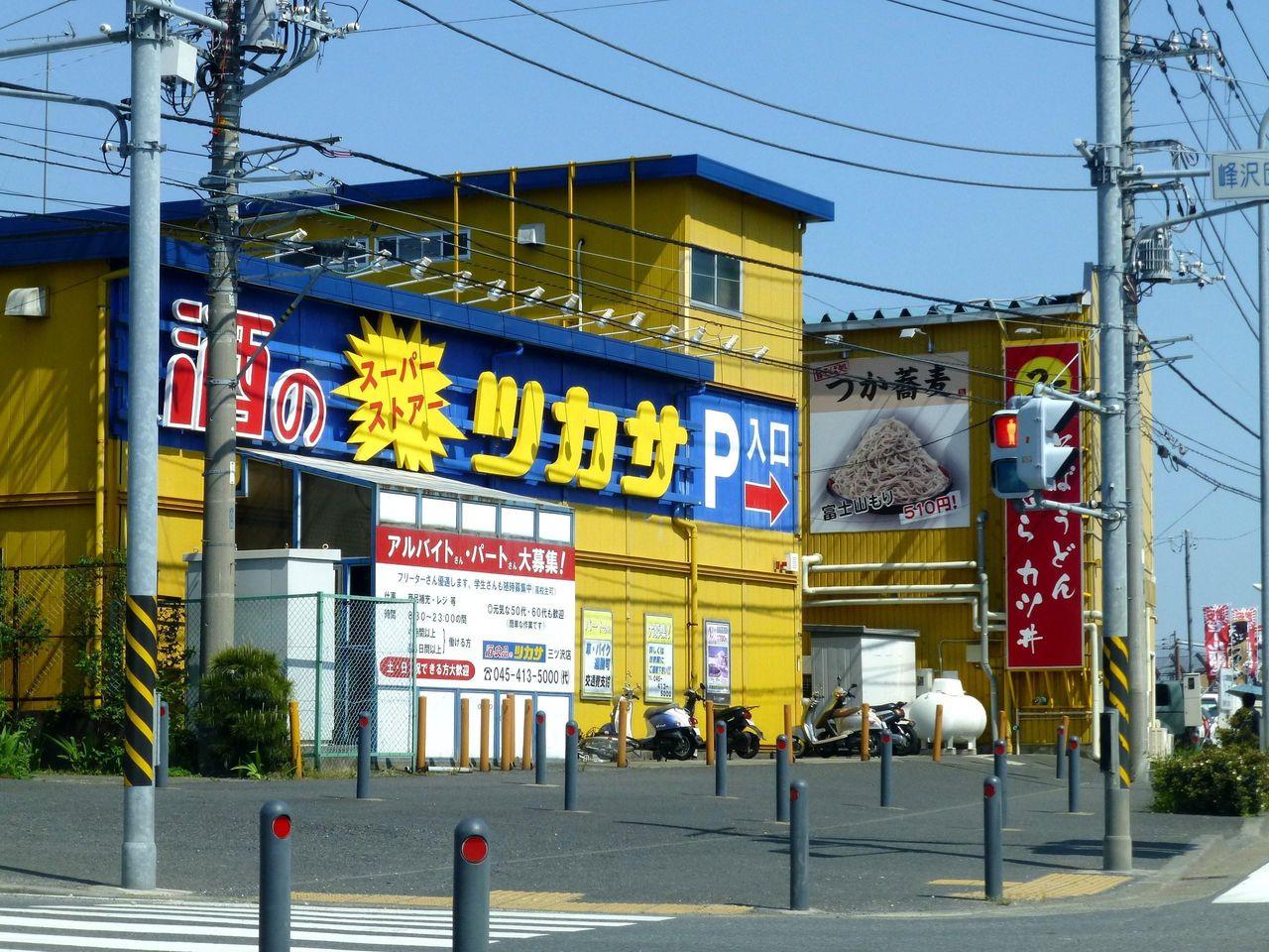 黄色いド派手な建物が目印です!