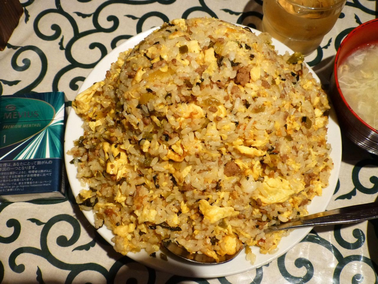 挽肉たかなチャーハン特盛は、直径22センチの深皿を使用!