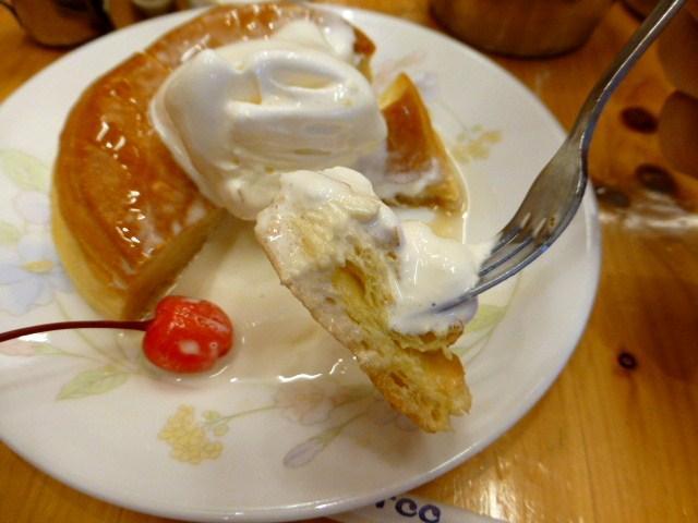 溶けたソフトクリームをパンにしみ込ませて食べます!