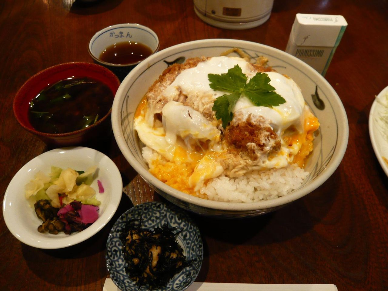小鉢、漬物、赤ダシ味噌汁付き!・・・大かつ丼大盛1,700円