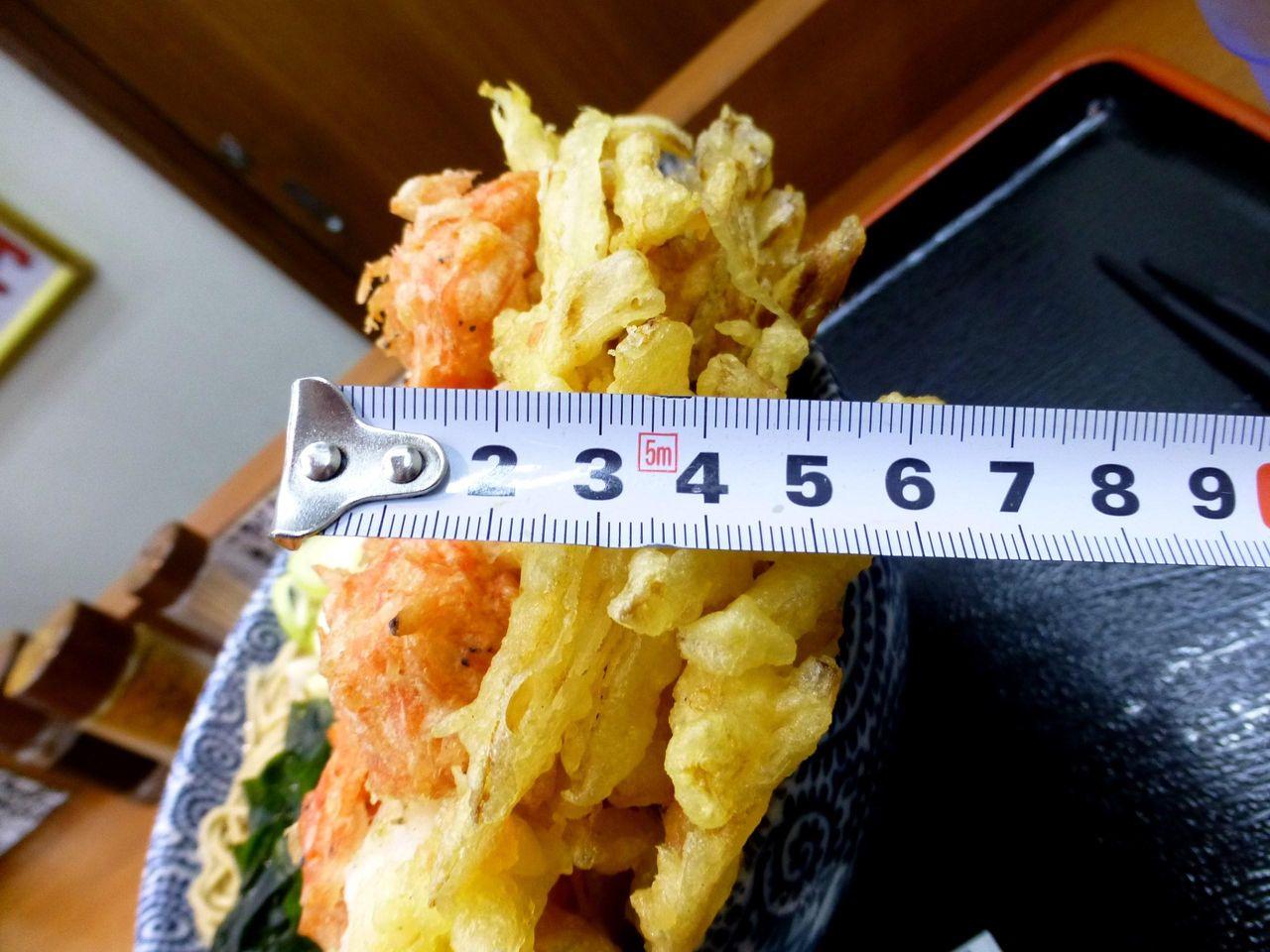 超特大かき揚げの厚さは、なんと7センチ!
