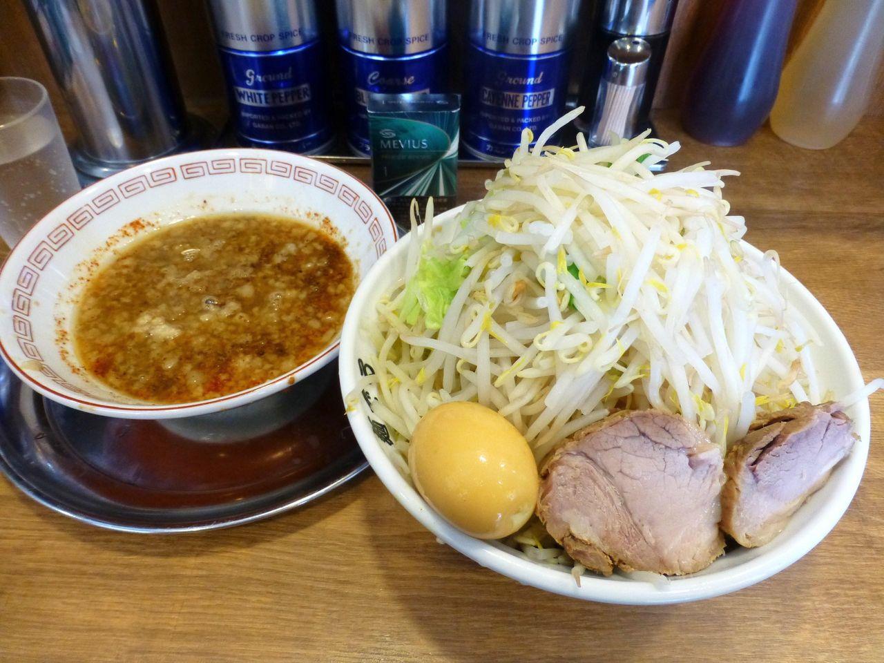 つけ麺780円(野菜マシマシ、魚粉、玉ネギ)、味玉(クーポン)
