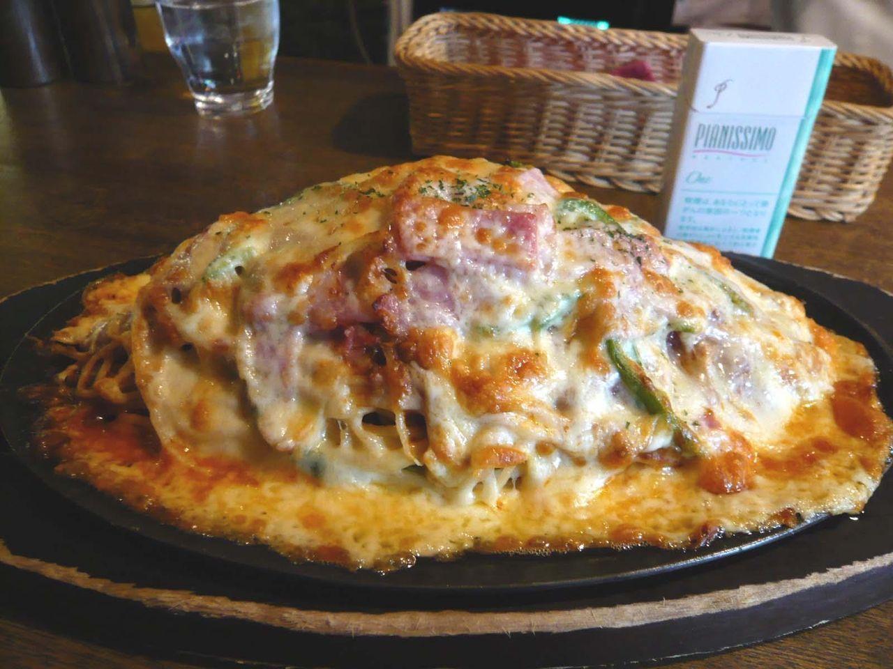 B級度120%!ホフブロウの名物「スパピザ」大盛1,200円