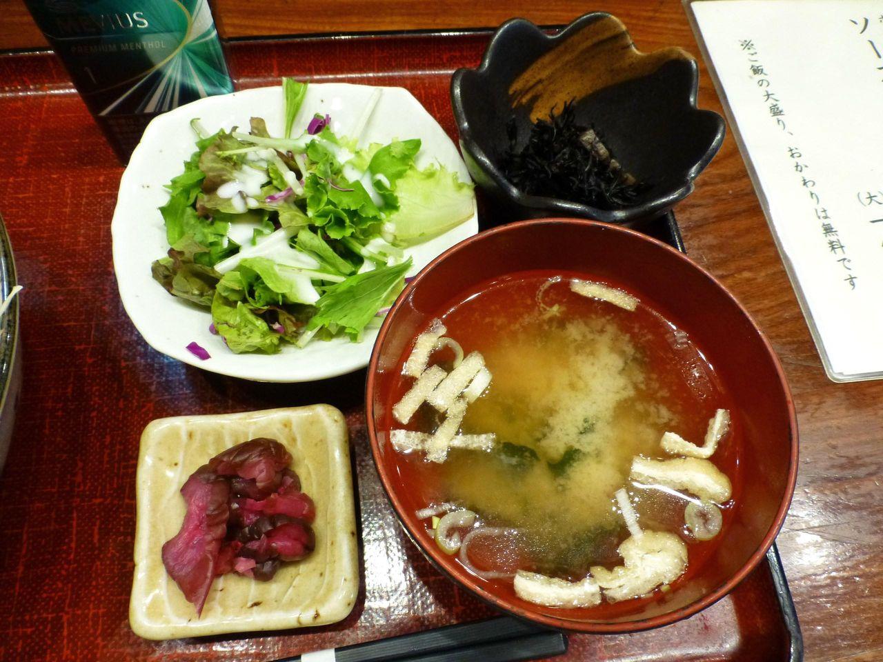 サラダ、漬物、ひじき、みそ汁も付いています!