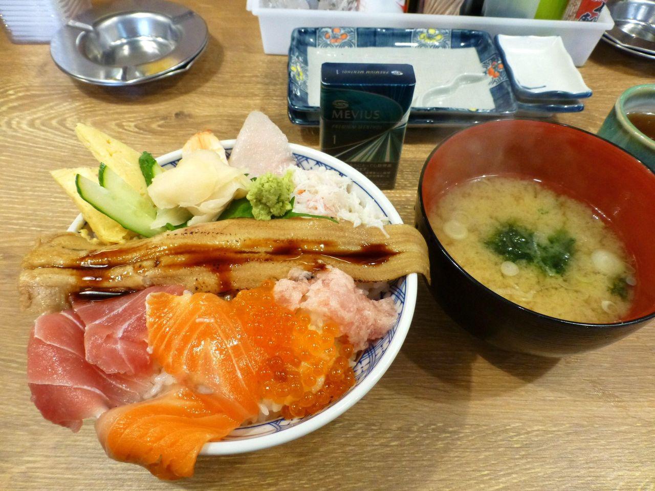 海鮮こぼれ丼大盛1,135円と生海苔味噌汁105円