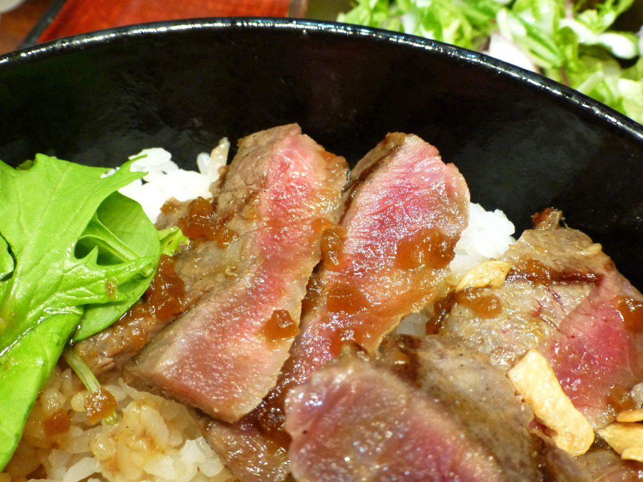 ステーキを噛みしめると、口の中に肉汁がブシャ〜!
