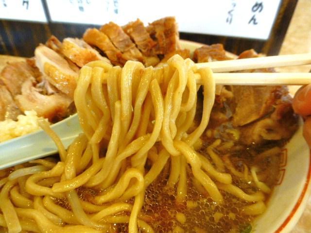割箸ほどの太さのストレート太麺を使用!