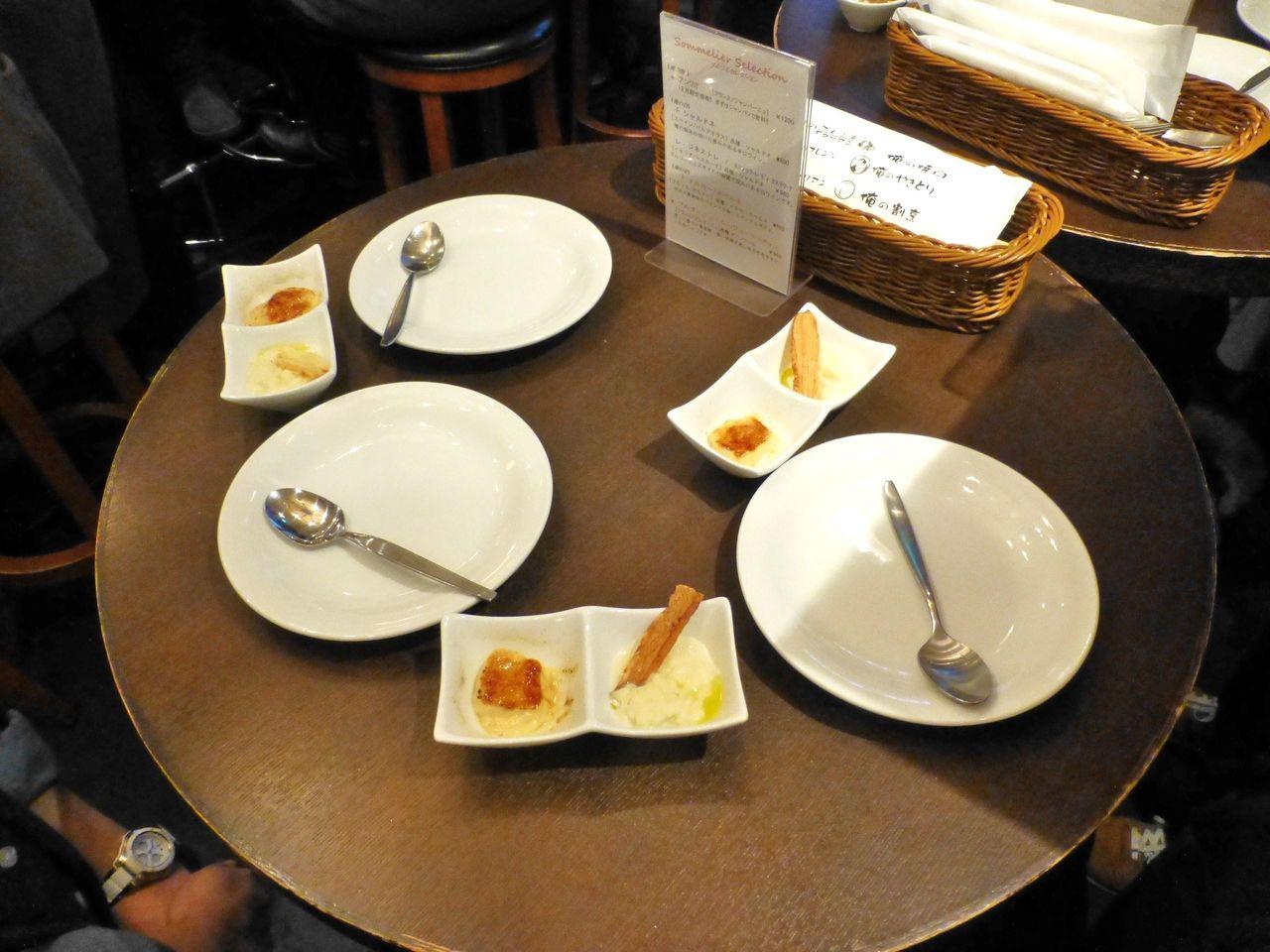 狭い丸型テーブルを3人で囲んで立ち飲みです!