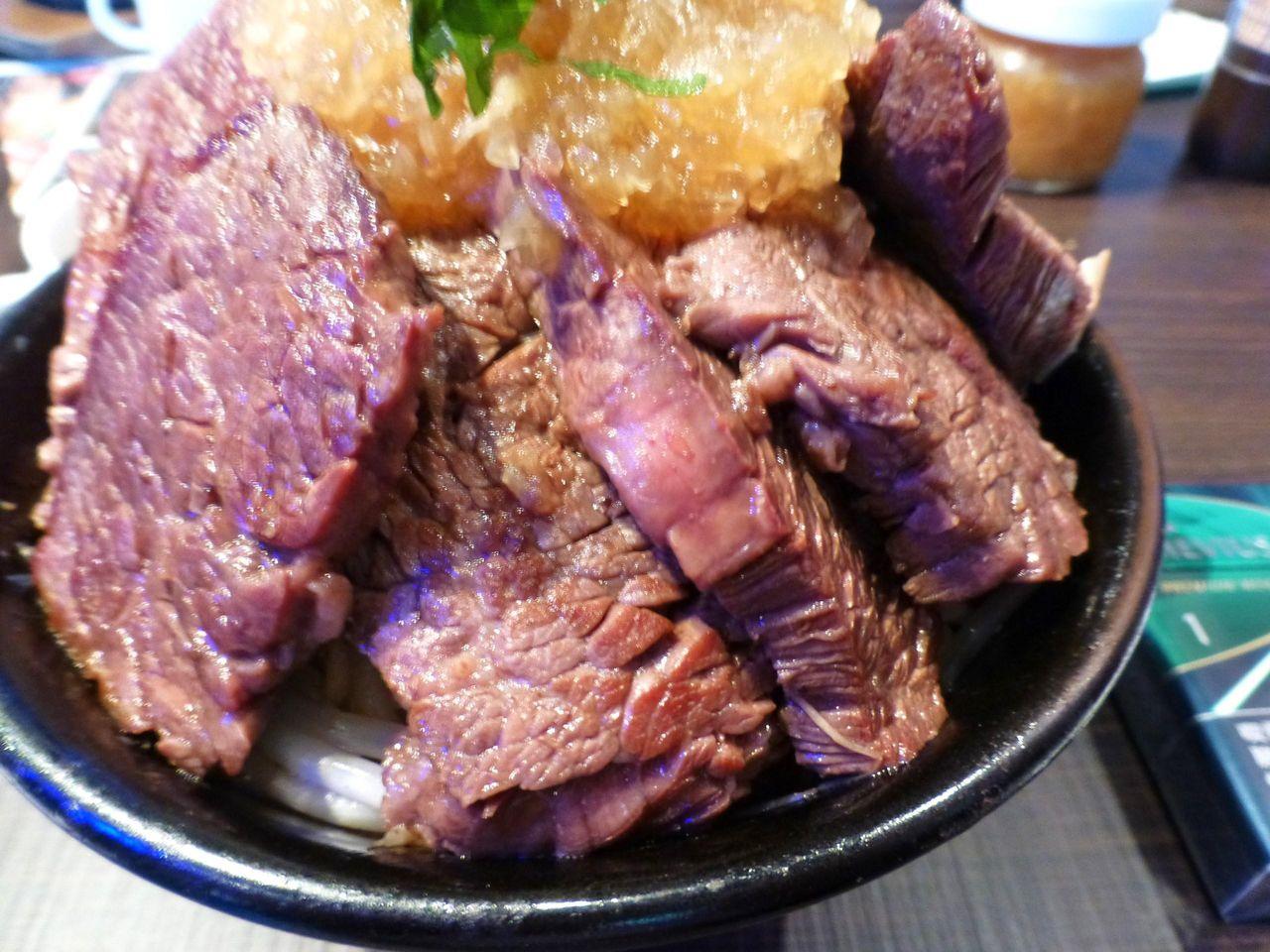 ステーキは赤身部分を使用して、少々硬めの歯応え!