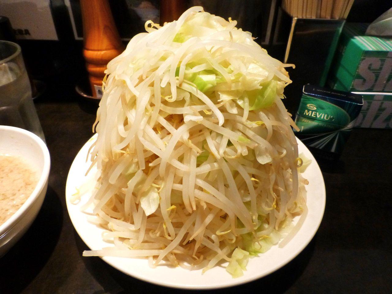 野菜タワーの下に埋まっている麺は全く見えません!