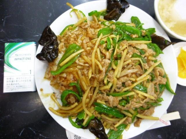 青椒飯(大盛)は、直径24センチのデカ皿を使用!