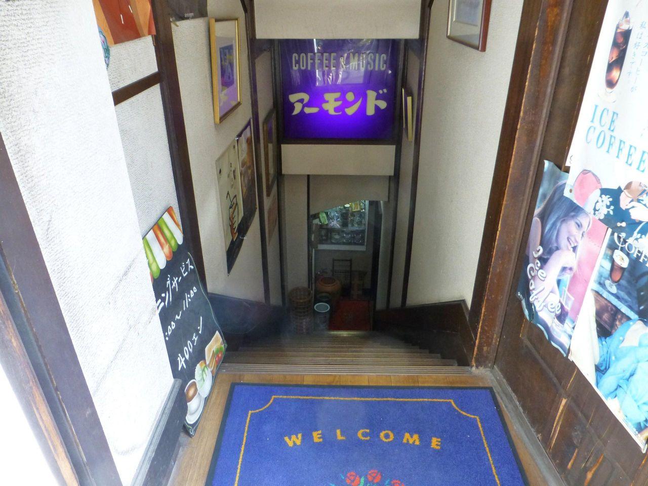 狭い階段を下りると、思い切りレトロな空間が!