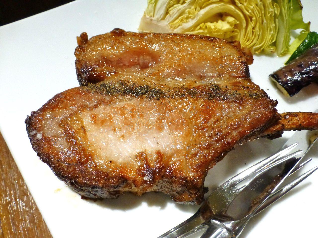 骨付きの松坂豚をワイルドに焼き上げます!