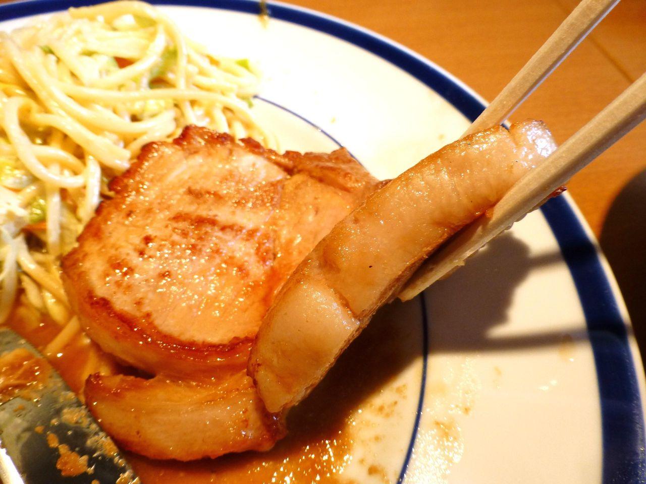 ポークソテーは、厚さ1.5センチの豚ロース肉を使用!