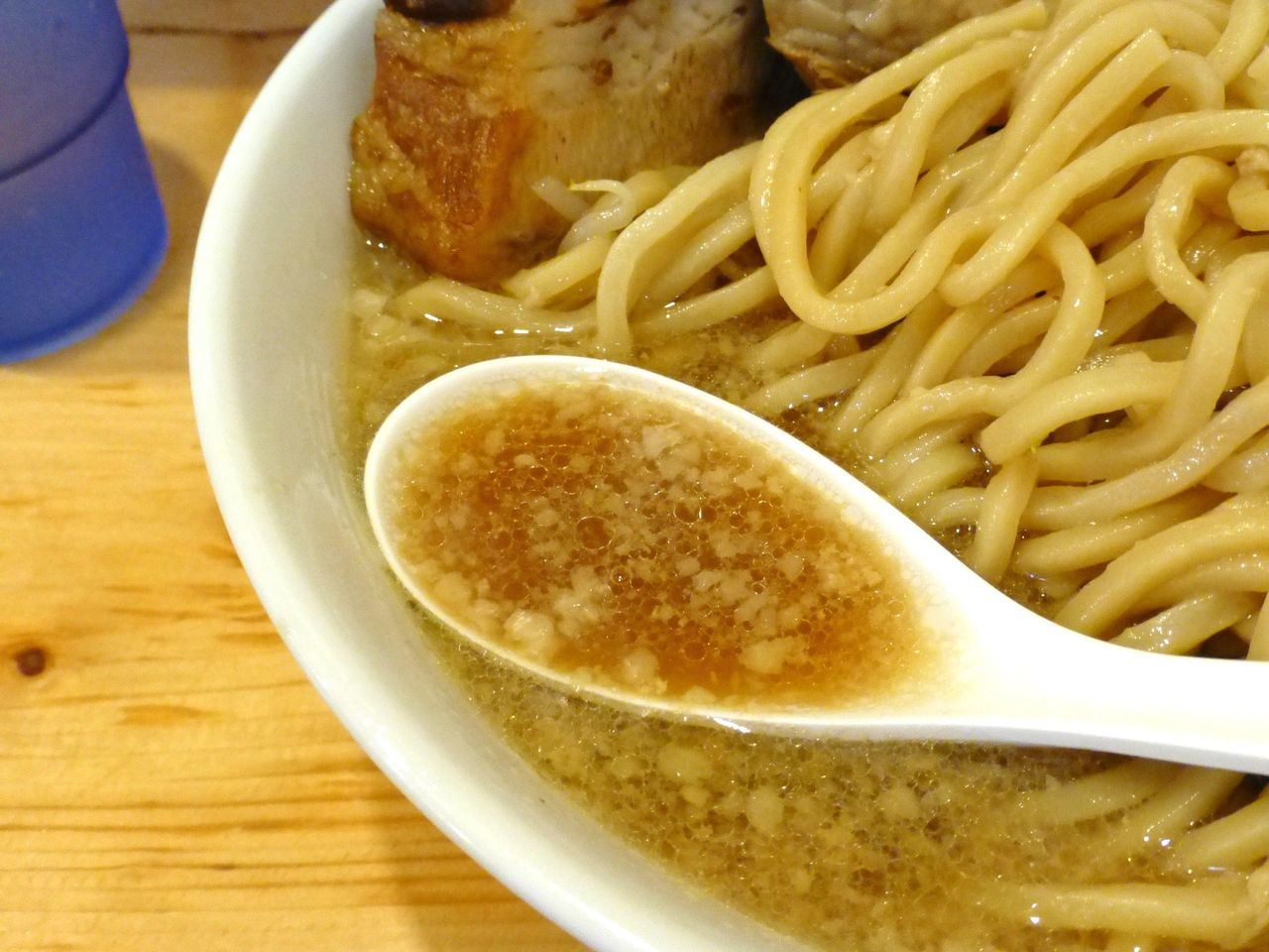 背脂の浮いたスープは、マイルドで、ほど良い味加減!