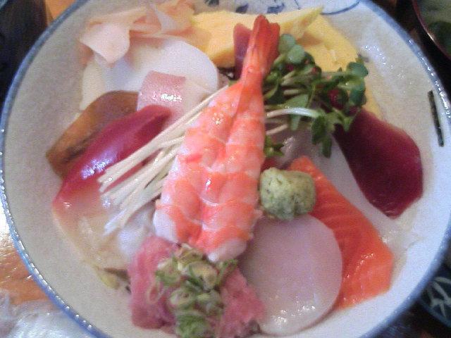 この日は海老でした・・・ランチ海鮮丼(大盛)800円