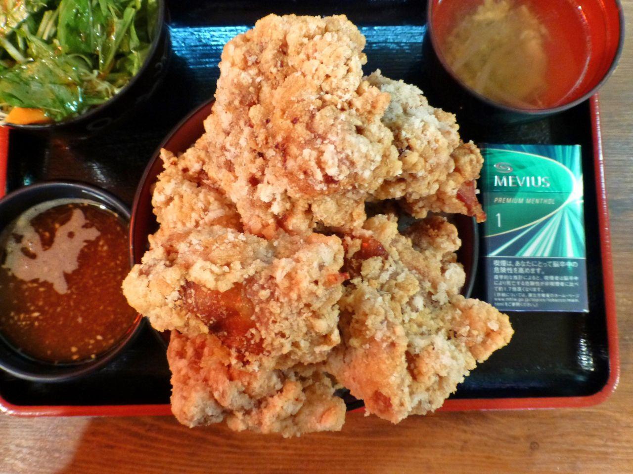 デカ盛り唐揚げ丼(大盛)は、直径15センチの丼を使用!