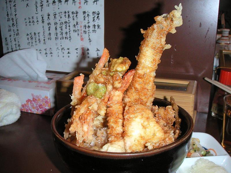 穴子天がそびえ立つ、海鮮丼700円