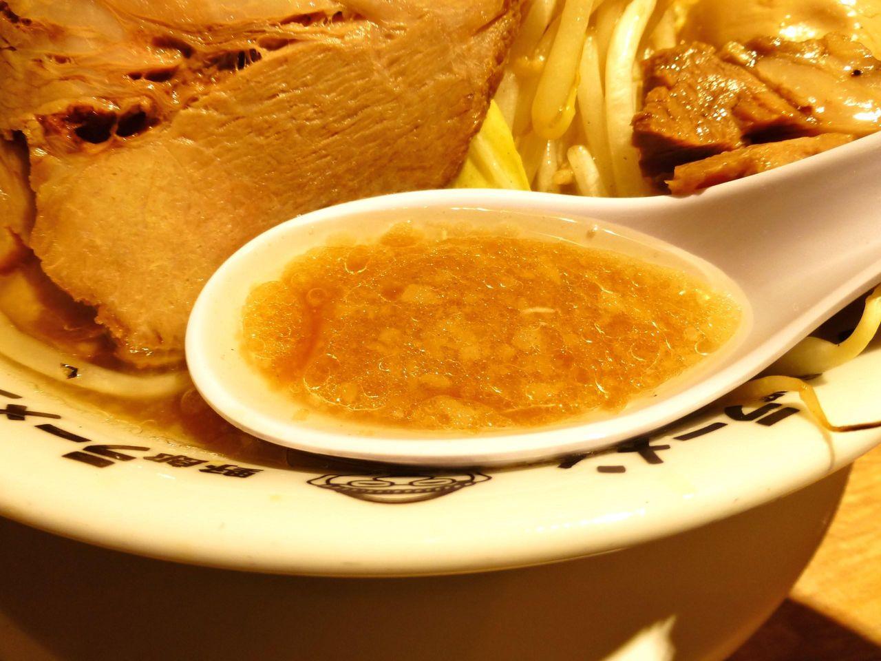 スープの温度は低めで表面に油の膜があり、コッテリ濃厚!