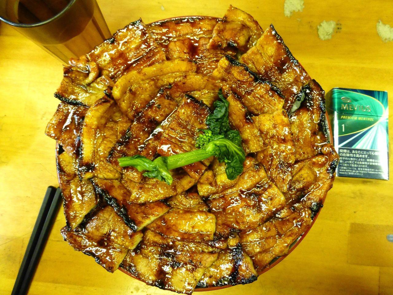 豚丼(特大)は、直径20センチの深い丼を使用!