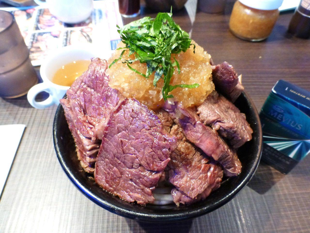 限定5食の特盛ステーキ丼940円は、総重量1キロ!