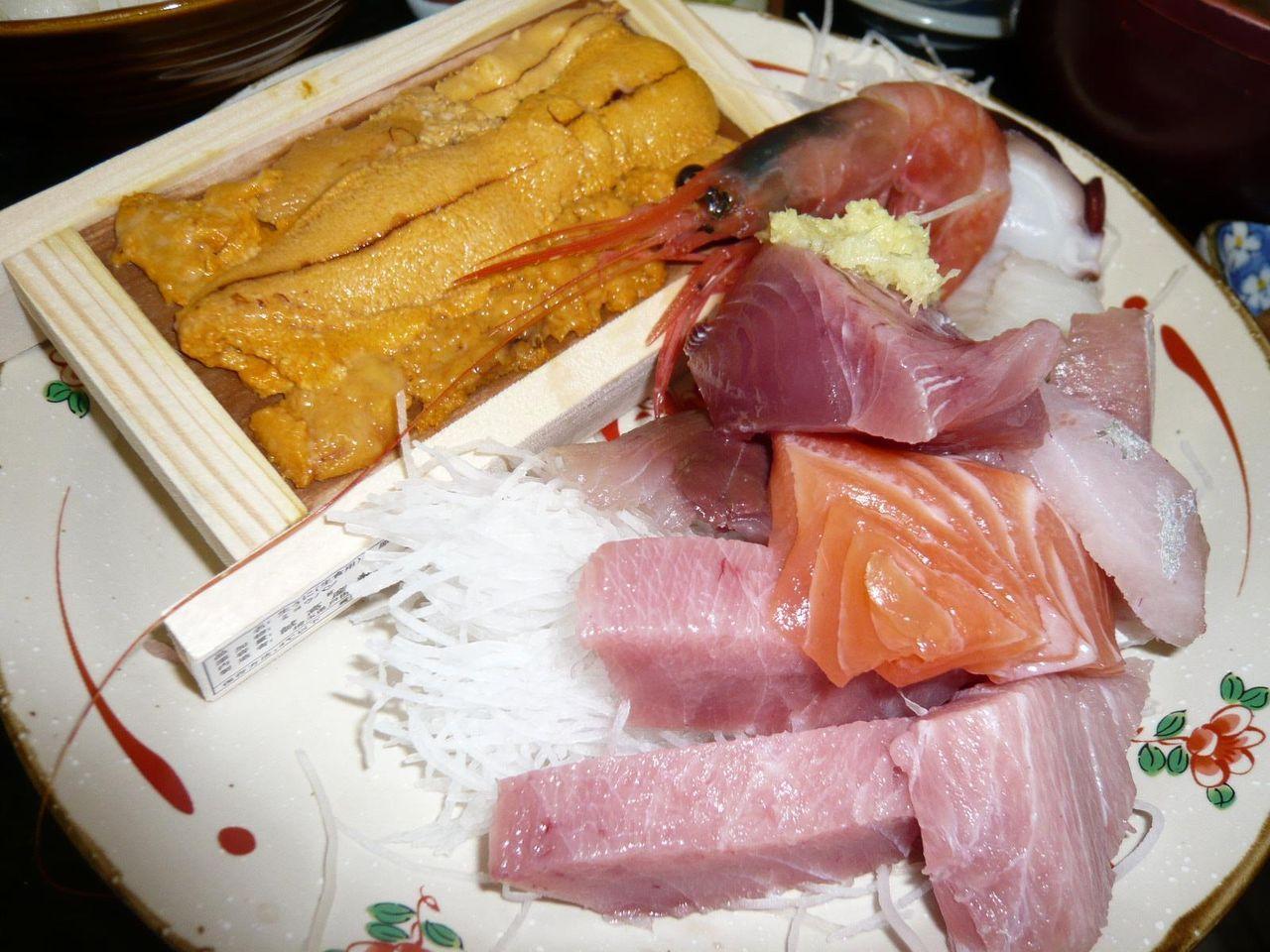 おまかせ定食は、刺身盛合せにウニが1箱付いてます!