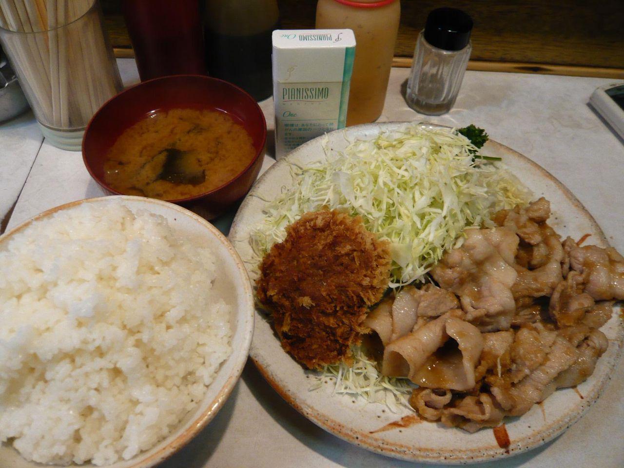 豚しょうが焼き定食+メンチ1枚800円+肉の大盛200円