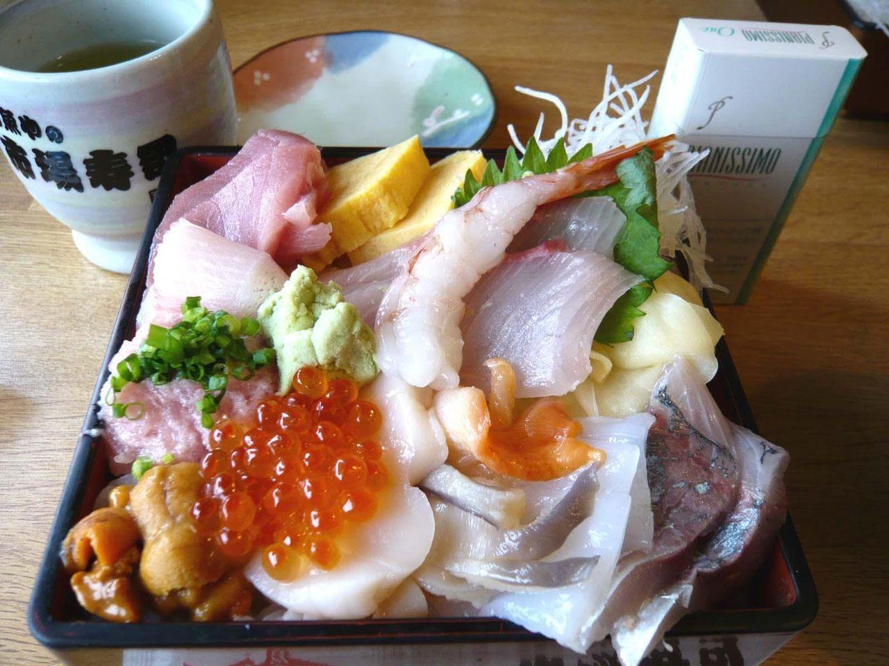 ネタがキラキラ輝いて、とても旨そう!・・・上海鮮丼(大盛)