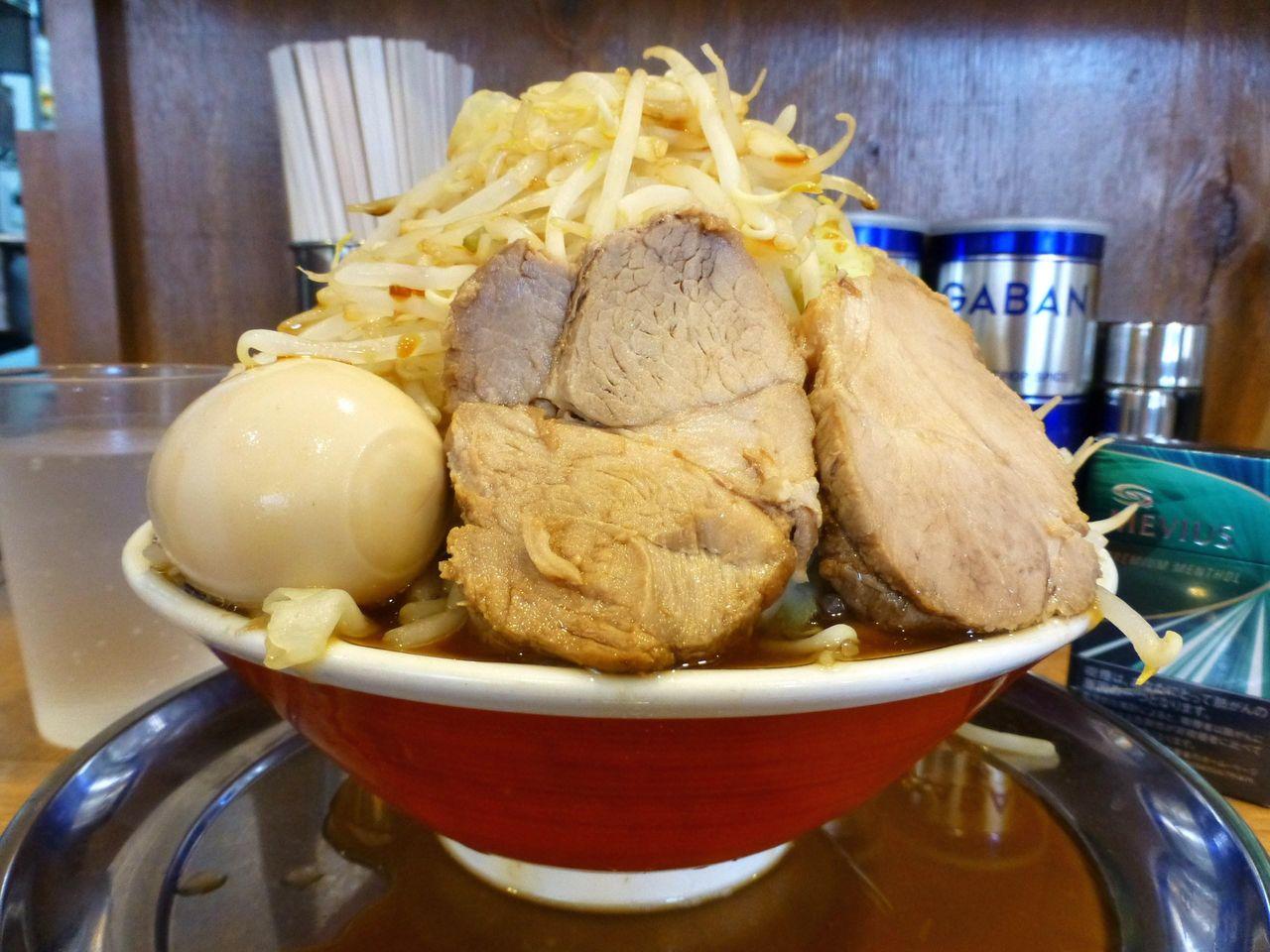 大岡山の「麺でる」で、超高層野菜タワーラーメン!